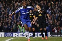Didier Drogba oslavuje gól do sítě Barcelony.