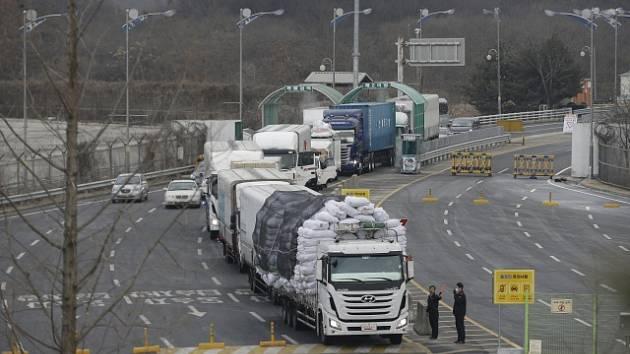 Severní Korea čelí kvůli sankcím hospodářským problémům, vztahy s Jižní Koreou se zhoršují