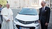 Papež František bude jezdit v čistě elektrickém autě.