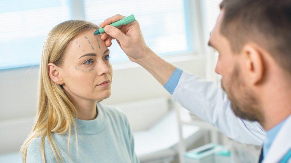 Plastické chirurgy vyhledává stále více Čechů. Jsou ochotni zaplatit desetitisíce za zákrok.
