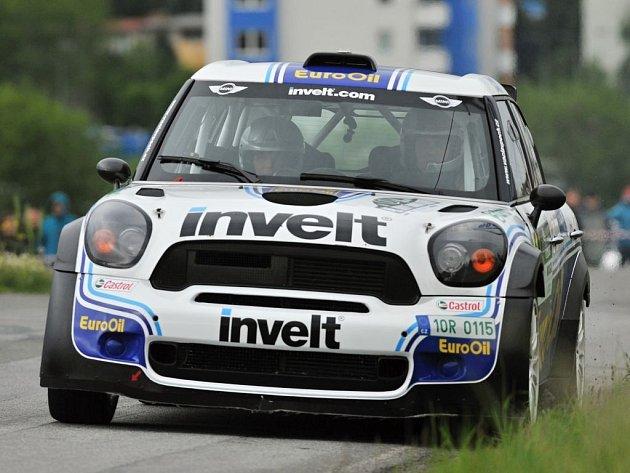Takhle Václav Pech s Petrem Uhlem uháněli do cíle úvodní divácké erzety na Rallye Šumava Klatovy.