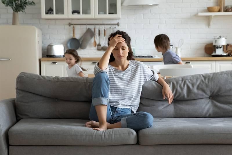 Péče o domácnost, učení dětí, jejich stravování… Období karantény je pro matky psychicky náročné.