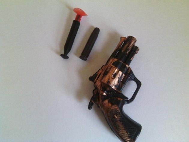 ČOI zakázala prodej dětské hračky napodobující revolver.