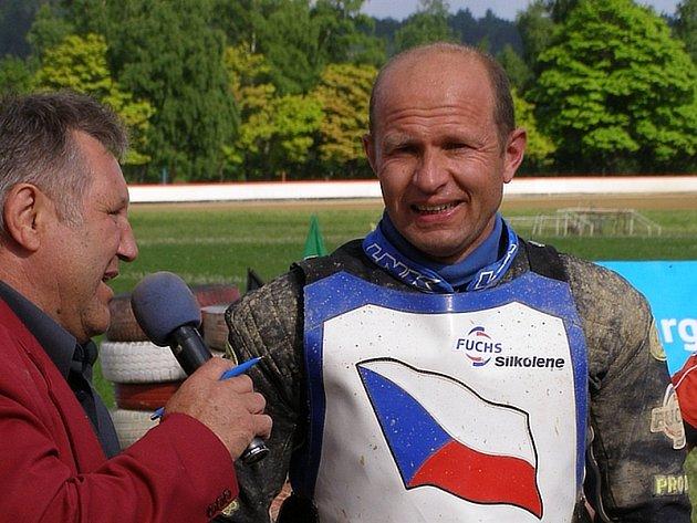 Štastný Zdeněk Schneiderwind (vpravo) po úspěšném závodě v Mariánských Lázních.