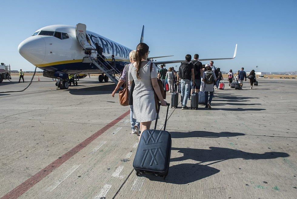 Letiště ve Valencii. Cestující nastupují do letadla společnosti Ryanair.