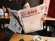 Noviny ve smuteční úpravě.