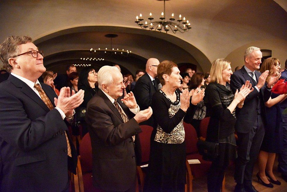 Závěrečný koncert z cyklu Sukův hudební Štiřín zaznamenal rekordní účast. Dorazil i bývalý ministr zahraničí Cyril Svoboda