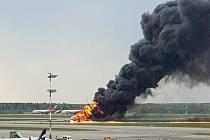 Suchoj v plamenech na moskevském letišti.