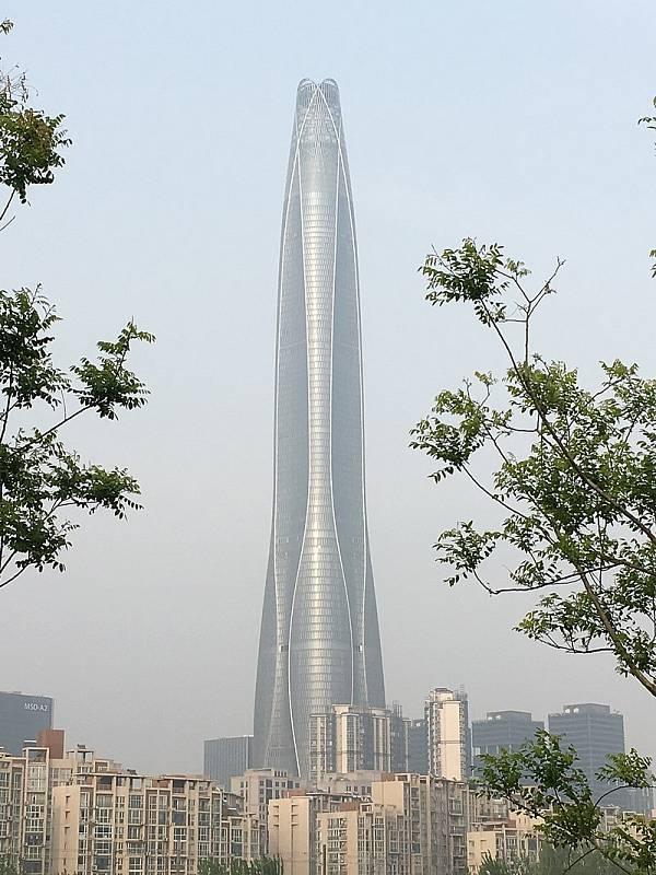 Mrakodrap v čínském Tjanjinu je nejvyšší budovou světa, která má méně než 100 pater.