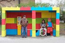 MÍSTO ŠEDI BARVY. Taková je autobusová zastávka v Praze na Proseku,  kterou navrhl 17letý student Štěpán Gering (s kolem).