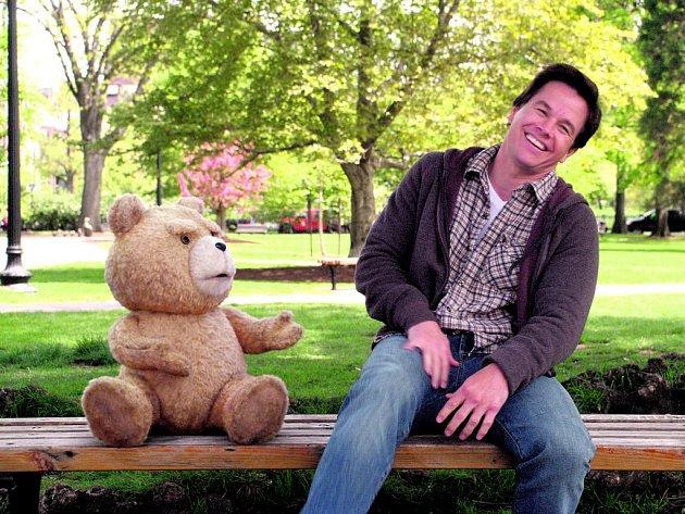 MÉĎA. John a jeho věčný přítel z dětství, plyšák Ted, který přejal všechny neřesti svého pána a navíc se odmítá vystěhovat z jeho života i bytu (Mark Wahlberg).