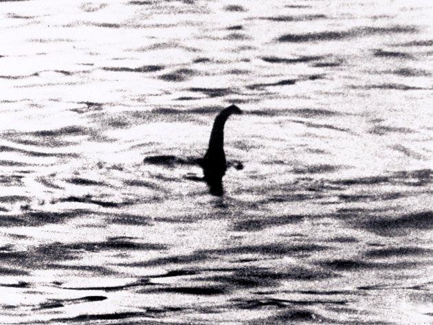 Jedna zlegendárních  fotek lochnesské příšery zroku 1934je ve skutečnosti padělek. Její autor přidělal na model ponorky  vyřezávanou hlavu plaza.