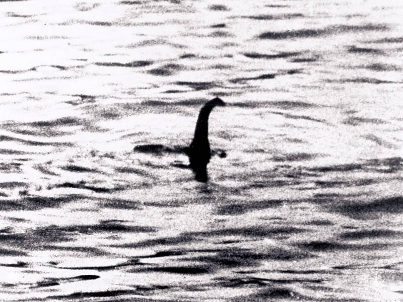 Jedna z legendárních fotek Lochnesské příšery z roku 1934 je ve skutečnosti padělek. Její autor přidělal na model ponorky  vyřezávanou hlavu plaza