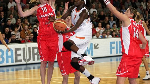 Brněnská basketbalistka Maiga-Baová se snaží prosadit proti obraně Spartaku Moskva v 9. kole Evropské ligy.