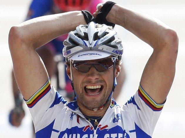 Tom Boonen se raduje z vítězství v jarní klasice z Paříže do Roubaix.