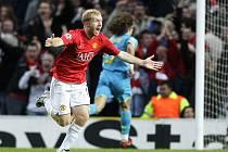Paul Scholes, záložník Manchesteru United, slaví trefu do sítě Barcelony v odvetném semifinále Ligy mistrů.