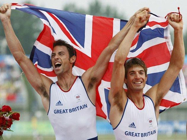 Britové Purchase a Hunter se radují ze zlaté medaile, kterou získali v kategorii lehké váhy dvojskifu.