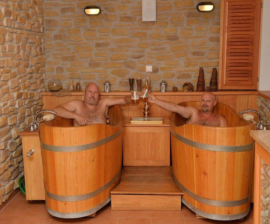 Hotel nabízí i pivní lázně