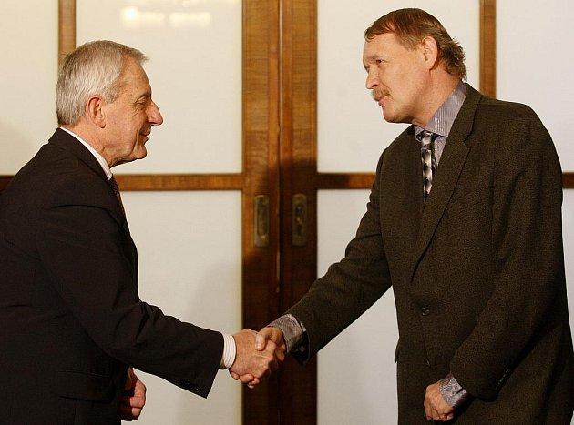 Ministr zdravotnictví Leoš Heger a šéf Lékařského odborového klubu Martin Engel.