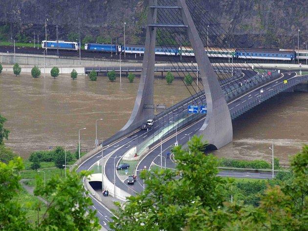 Mariánský most v Ústí nad Labem v době povodní. Ilustrační foto.