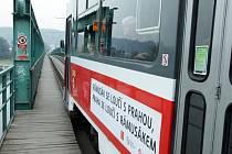 Poslední jízda tramvají a slavnostní rozloučení se starým tramvajovým mostem z Holešovic do Troje – takzvaným  Rámusákem.