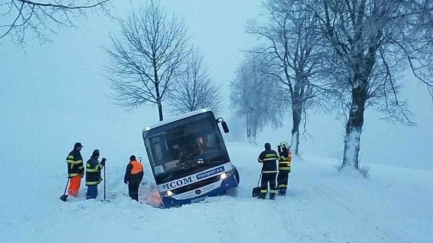Hasiči Pardubického kraje zasahují u uvízlého autobusu.