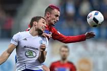 Utkání 14. kola první fotbalové ligy: FK Mladá Boleslav - Viktoria Plzeň, 19. listopadu v Mladé Boleslavi. Zleva Adam Jánoš z Boleslavi a Martin Zeman z Plzně.