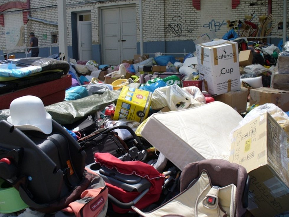 Odsouzení z břeclavské věznice dobrovolně pomáhali po tornádu postiženým na jižní Moravě. Například v meziskladech a provizorních humanitárních centrech vykládali, třídili a nakládali kamiony s materiálem a dary od lidí.