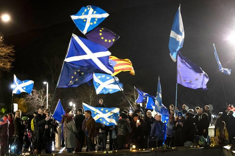 Se skotskými vlajkami v rukou proto v noci na 1. února 2020 vyrazili protestovat před budovu parlamentu v Edinburghu.