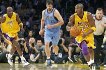 Kobemu Bryantovi (vpravo) se opět dařilo. Jednatřiceti body posunul Lakers do dalšího kola play off. Jeho akci přihlížejí Odom (vlevo) a Okur (uprostřed).