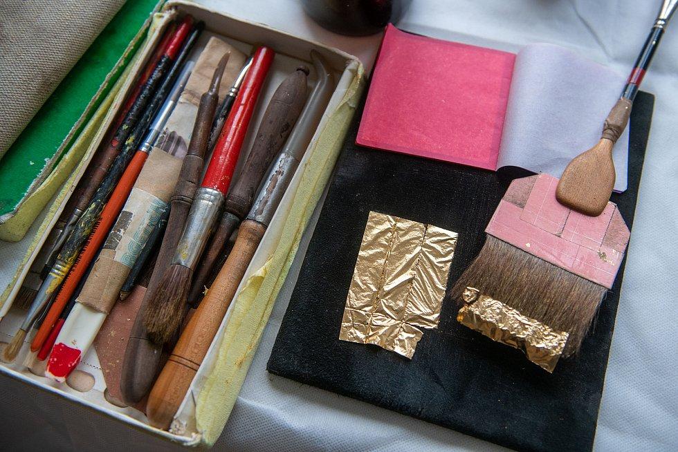 Náčiní uměleckého pozlacovače obsahuje řadu štětců na oprašování, vyhlazování překladů zlatých plátů apod.