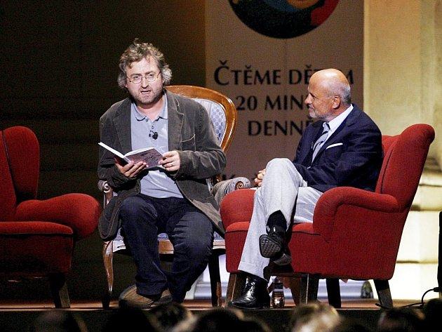 V NEZVYKLÉ ROLI.Režisér Jan Hřebejk předčítal z knihy Mikulášovy patálie . Vedle něho seděl moderátor večera textař a podnikatel Michal Horáček.