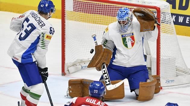 Brankář Itálie Marco De Filippo Roia dostává první gól od Milana Gulaše z ČR (zády). Vlevo je Alex Lambacher.