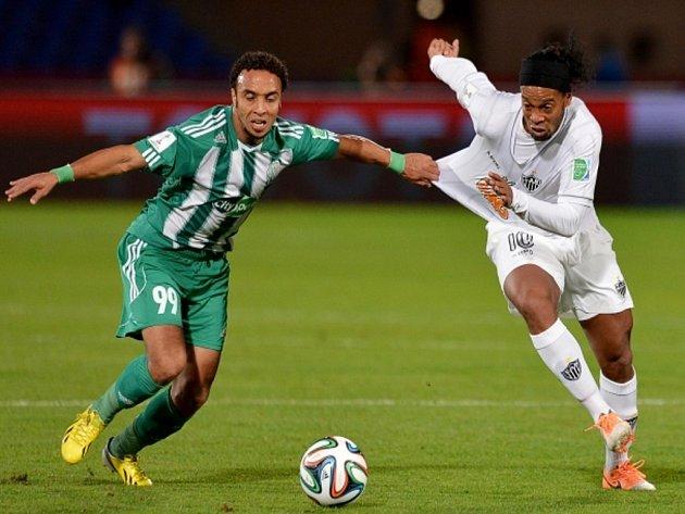 Ronaldinho z Mineira (vpravo) a Issam Erraki z Casablancy.
