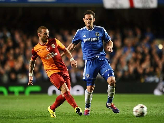 Frank Lampard z Chelsea (vpravo) a Wesley Sneijder z Galatasaraye.
