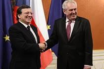 Prezident Miloš Zeman (vpravo) přijal na Pražském hradě předsedu Evropské komise José Manuela Barrosa.