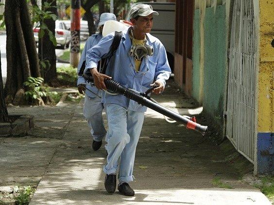 Zaměstnanci ministerstva zdravotnictví dezinfikují okolí Managuy, hlavního města Nikaraguy