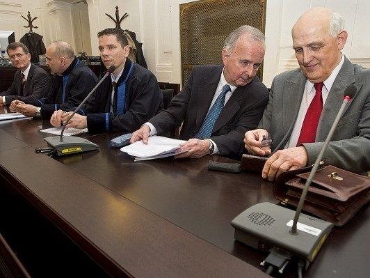 Obžalovaní Ivan Seyček (vlevo), Jiří Chytil (druhý zprava) a Zdeněk Jánský (vpravo) v síni Městského soudu v Praze, který 24. února vynesl rozsudek nad pěti bývalými úředníky pražského magistrátu obžalovanými v kauze opencard.
