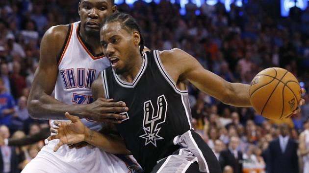 Kevin Durant (v bílém) brání útočícího Kawhi Leonarda.