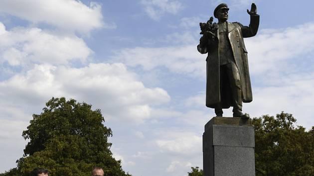 Starosta Prahy 6 Ondřej Kolář (vpravo) a jeho zástupce Jan Lacina u pomníku maršála Koněva