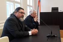 Starosta Strakonic Břetislav Hrdlička (vlevo) a advokát Zdeněk Koudelka čekají na vyhlášení nálezu Ústavního soudu.