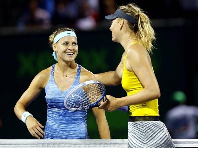 Lucie Šafářová (vlevo) se i po prohrané třísetové bitvě s Marií Šarapovovou v Miami usmívala.