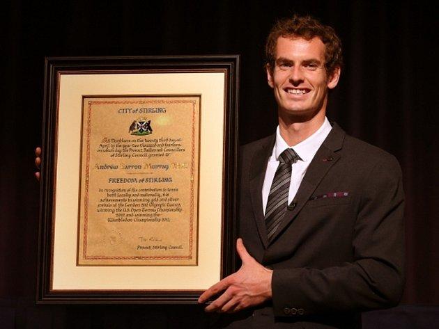 Wimbledonský šampion Andy Murray dostal ve svém rodišti v Dunblane symbolické klíče od města Stirling a čestný doktorát.