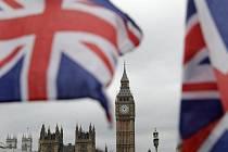 Britské vlajky vlají v Londýně, na pozadí budova parlamentu a Elizabeth Tower - Ilustrační foto