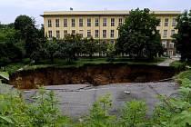 Na rohu ulic U brusnice a Milady Horákové vznikl na místě kráter o průměru asi 15 metrů.