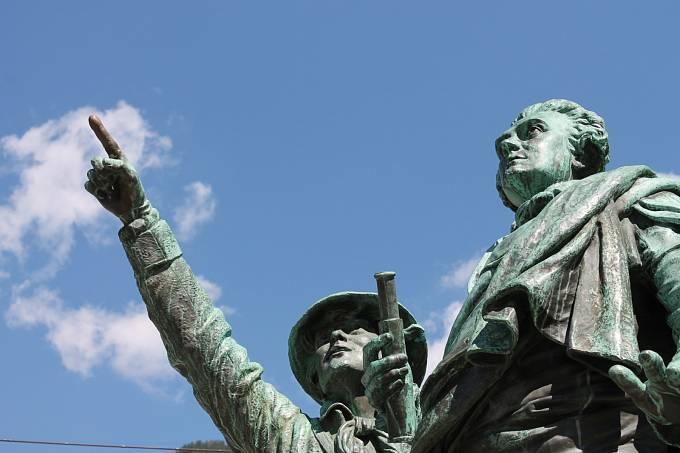 Pomník Horace de Saussure a jeho průvodce Jacquese Balmata (na obrázku vlevo) v Chamonix.