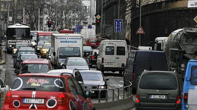 Frekventovaná místa v Praze přímo volají po nějakém způsobu regulace dopravy
