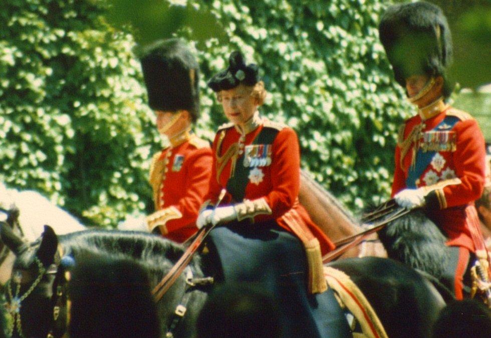 """Mezi neobvyklé dary, které kdy královna na svých cestách obdržela, patří i zvířata. Ta dvaadevadesátiletá žena nade vše miluje. V Kamerunu ji v roce 1972 například obdarovali slonem Jumbem. O všechny """"dary"""" se vždy ochotně postarala londýnská ZOO."""