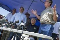 Viceguvernér Texasu Dan Patrick mluví na místě masakru na střední škole v Santa Fe