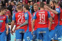 Fotbalisté Plzně se radují z gólu proti Slovácku.
